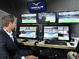 Die Videoschiedsrichter schreiten beim Confed Cup zur Tat. Für die Fans wird deren Handeln auf der Stadionleinwand erklärt.