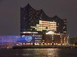 Lichtzeichen vor dem G20-Gipfel: Greenpeace hält Trump Chopin entgegen