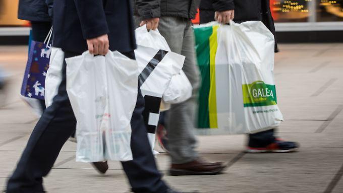 Seitdem sie Geld kosten, sind Plastiktüten bei Deutschen nicht mehr so beliebt.