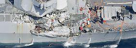 """Die """"USS-Fitzgerald"""" ist an der rechten Schiffsseite stark beschädigt."""