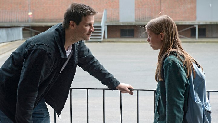 Roman Eggers (Mišel Maticevic) trifft sich heimlich mit seiner Tochter Luisa (Lilly Barshy) - er braucht Geld.