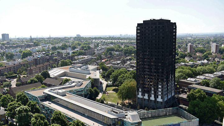 Über Stunden lodern die Flammen in dem Gebäude.