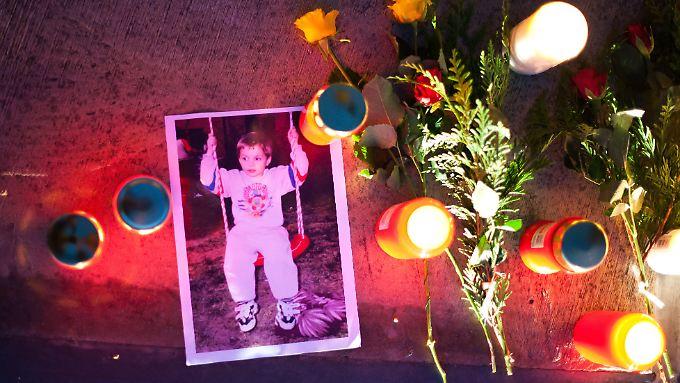 Ein Foto des verschwundenen Pascal liegt am 30.09.2011 auf dem Marktplatz in Saarbrücken (Saarland).