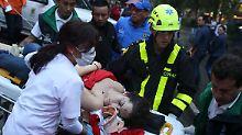 Rettungskräfte betreuten Verletzte nach der Bombenexplosion.