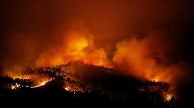 Das Feuer weitet sich aus, Winde erschweren die Löscharbeiten.