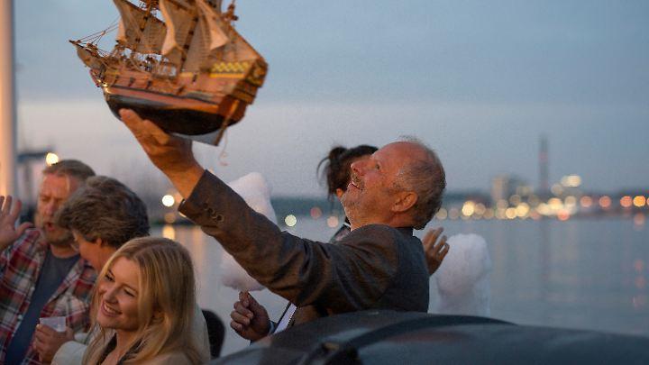 """Wahrscheinlich die einzige Szene in diesem """"Tatort"""", in der Borowski (Axel Milberg) lächelt: volltrunken mit einer geklauten Kogge spielend"""