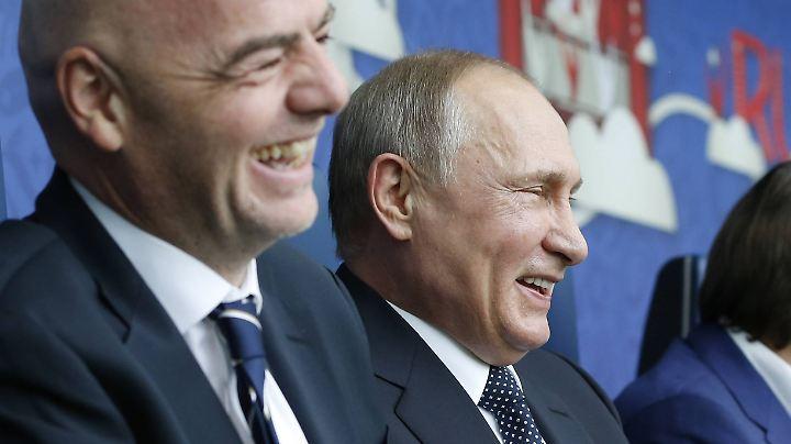 Man versteht sich: Fifa-Präsident Infantino und Putin amüsieren sich während des Eröffnungsspiels prächtig.