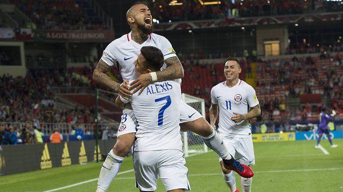 Arturo Vidal (o.) hat gegen Kamerun den perfekten Start Chiles in den Confed Cup eingeleitet.