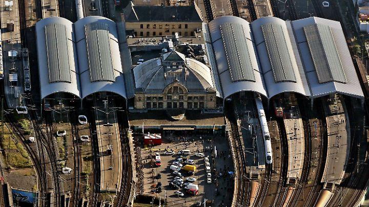 Attacken auf Bahnanlagen: Unter anderem am Bahnhof Halle kam es zu Behinderungen.