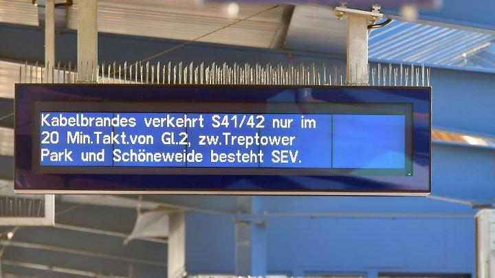 Am Bahnhof Treptower Park informiert die S-Bahn ihre Fahrgäste am Montagmorgen über die Einschränkungen im Zugverkehr.