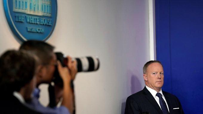 Sean Spicer scheint hier die  Fotografen zu beargwöhnen.