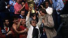 Da ist das Ding - Ernst Happel mit dem DFB-Pokal.