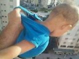 Lebensgefahr für Likes: Mann hält Baby über Balkonbrüstung
