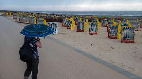 Schirm als wichtiges Accessoire: Am Sonntag versteckt sich die Sonne weitgehend