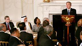 George W. Bush 2005 beim Fastenbrechen im Weißen Haus. Eingeladen waren unter anderen muslimische Botschafter.