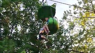 Dramatische Rettung in Freizeitpark: Mädchen rutscht in acht Meter Höhe aus Seilbahngondel