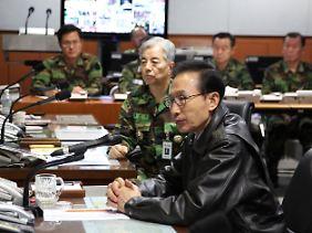 Südkoreas Präsident Lee Myung Bak im Kontrollzentrum des Verteidigungsministeriums.