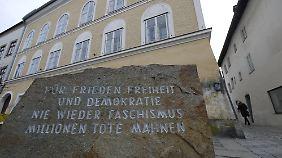 Vor dem Haus erinnert eine Gedenktafel an die Historie.