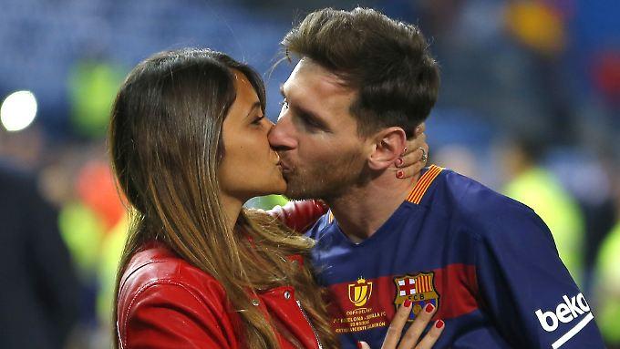 Lionel Messi küsst seine Antonella nach dem Gewinn des spanischen Pokals.