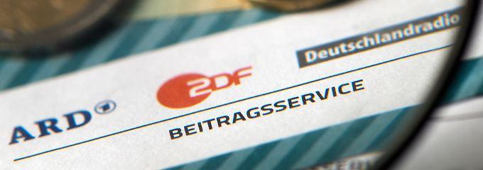 Seit 2013 muss jeder Haushalt in Deutschland den Beitrag zahlen - ganz unabhängig davon, ob es in dem Haushalt überhaupt einen Fernseher gibt oder Menschen, die öffentlich-rechtliche Sender schauen.