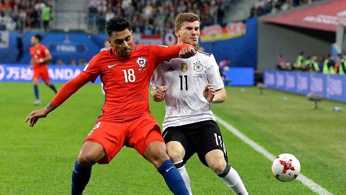 Eigentlich Rot - doch der Schiedsrichter entschied nach VIdeostudium auf Gelb für Chiles Jara nach dem Check gegen Werner. Nicht die erste strittige Entscheidung nach Einsatz des Videobeweis'.