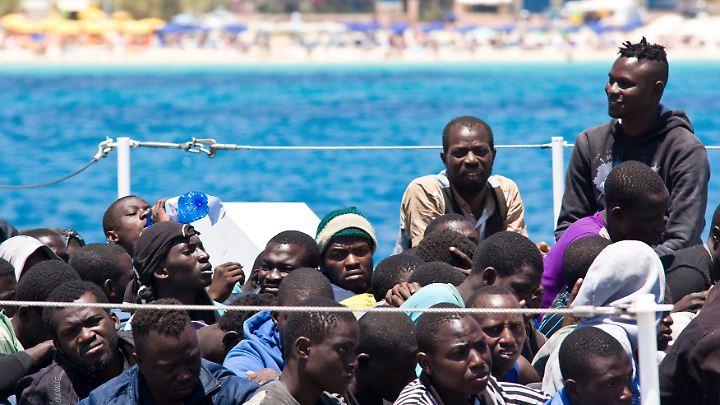 Flüchtlinge im Hafen von Lampedusa (Archivbild).