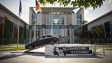 Dick Auffahren - Das Zentrum für Politische Schönheit hat den Platz vor dem kanzleramt für die jüngste Aktion gewählt.