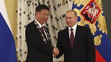 China wird immer mehr zu Moskaus Geldgeber. Zum Dank verleiht Wladimir Putin Chinas Präsident Xi den höchsten russischen Staatsorden.
