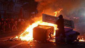 Randalierer errichteten brennende Barrikaden im Schanzenviertel.