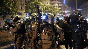 Schwerbewaffnete Spezialeinheiten stürmen das Schanzenviertel.