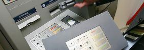 Wer kommt für Verluste auf?: Datenklau an Geldautomaten steigt an