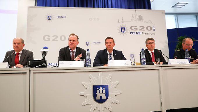 Senatschef Olaf Scholz, Innensenator Andy Grote, Polizeisprecher Timo Zill, Polizeipräsident Ralf Martin Meyer und Einsatzleiter Hartmut Dudde ziehen nach dem G20-Gipfel Bilanz.