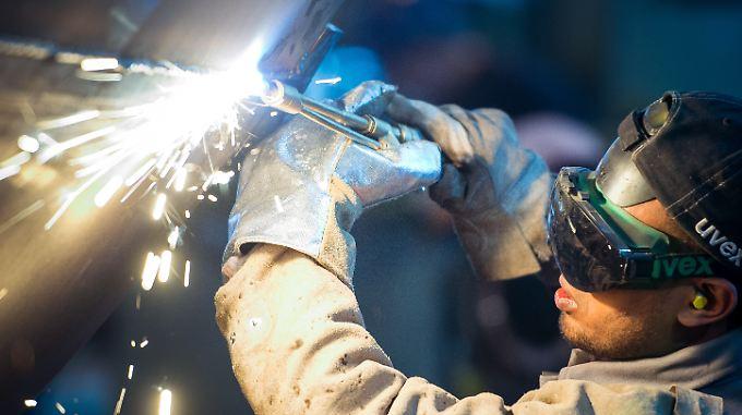Die deutsche Wirtschaft sprüht Funken - doch Experten warnen vermehrt vor einer Überhitzung.