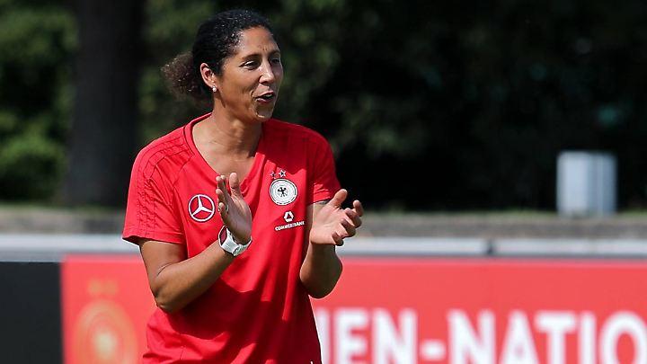 Die neue Bundestrainerin Steffi Jones ist die richtige Besetzung - sagt Schröder.