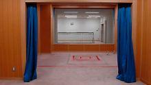 In japanischen Hinrichtungsräumen befindet sich eine rot markierte Falltür, durch die Verurteilte mit einer Schlinge um den Hals in den Tod stürzen.