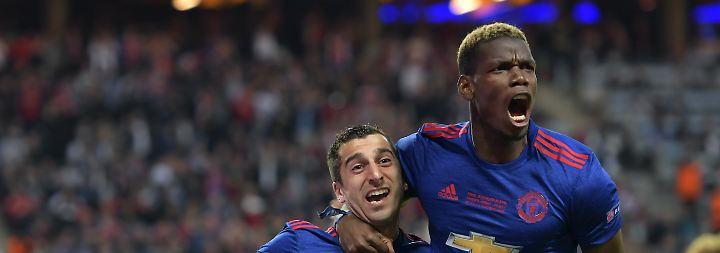 Platz drei belegt Manchester United um den teuersten Spieler der Welt, Paul Pogba (r.) und ...