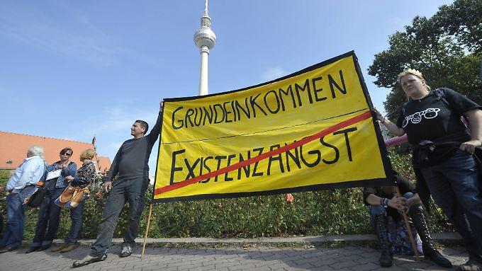 Demonstranten fordern in Berlin eine finanzielle Zuwendung vom Staat, ohne dafür eine Gegenleistung erbringen zu müssen. (Demonstration im September 2013)