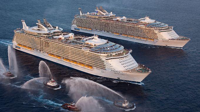"""Die """"Allure of the Seas"""" (vorn) teilt sich den Titel """"Größtes Kreuzfahrtschiff der Welt"""" mit ihrer Schwester """"Oasis of the Seas"""", die seit 2009 die Karibik bereist"""