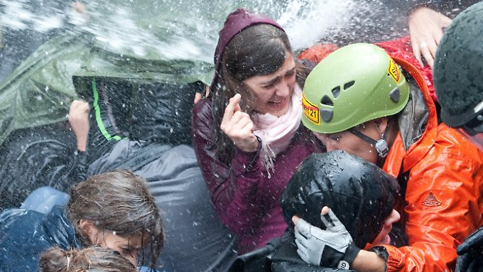 Der Strahl aus einem Wasserwerfer trifft Demonstranten. (Archiv)
