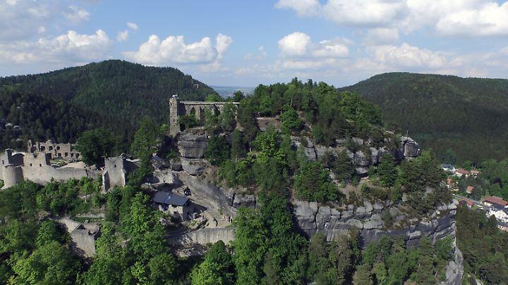 Die Burg und Klosteranlage von Oybin sind ein echter Besuchermagnet. Von oben lassen sich weitere Ausflugsziele ins Visier nehmen.