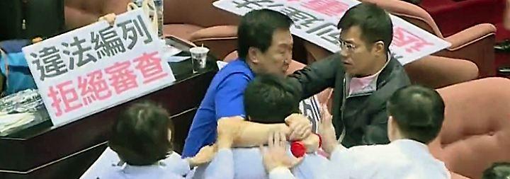 Fliegende Fäuste im Parlament: In Taiwan eskaliert ein Streit zwischen Regierung und Opposition
