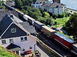 Ein Güterzug fährt durch Assmanshausen am Rhein.