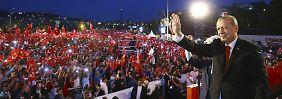 """Präsidenten-Show zum Putschjahrestag: Erdogan will """"Verrätern den Kopf abreißen"""""""
