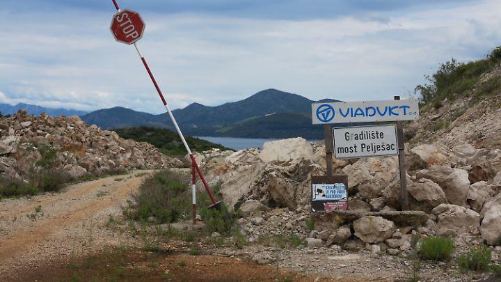 Eine Schranke markiert die Einfahrt zu der seit vielen Jahren verwaisten Baustelle einer Brücke von Ston (Festland von Kroatien) auf die Halbinsel Peljesac im Süden der Adria.