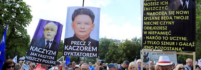 Ein Plakat zeigt Jaroslaw Kaczynski mit Kim-Jong-Un-Frisur.