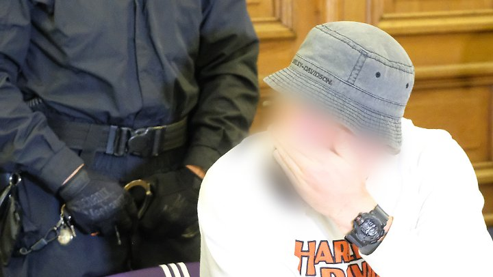 Einer der vier Angeklagten. Zum Schutz der Persönlichkeitsrechte wurde er unkenntlich gemacht.