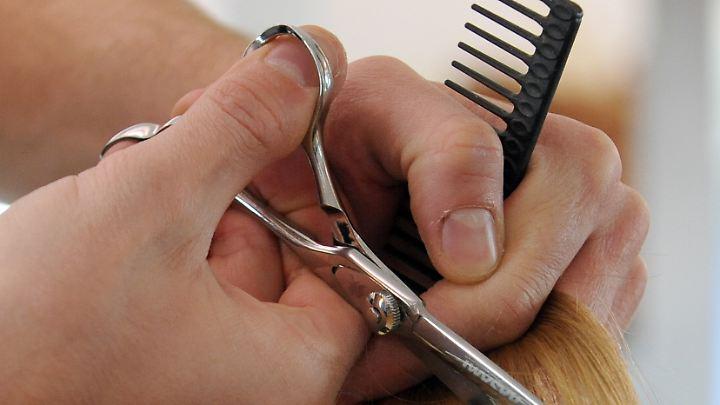 Personalmangel - um Frauenhaare konnte sich in einer Friseurfiliale in Zwickau niemand kümmern.