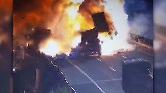 Kaum zu glauben, aber wahr: Explosion zerfetzt LKW in China