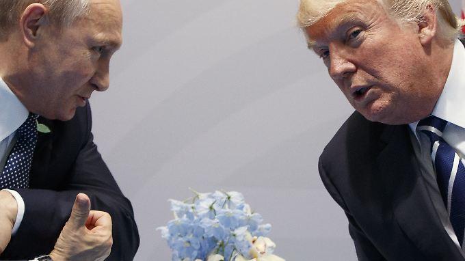 Trump (r.) muss den neuen Sanktionen gegen Russland noch zustimmen.