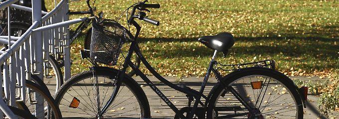 """Mal eben nach dem Fahrrad zu schauen, gehört zu den """"eigenwirtschaftlichen Gründen"""" - und ist nicht versichert."""